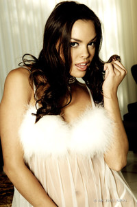 Renee Perez Drops Her Glamorous Nightie